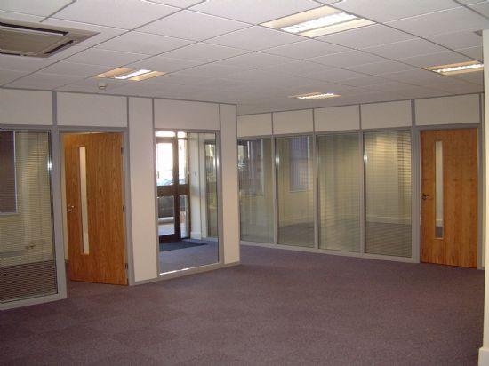 Ofis bölme sistemleri - çift cam arası jaluzi perde